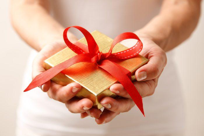 Hand giving gift rtt wallet bonuses